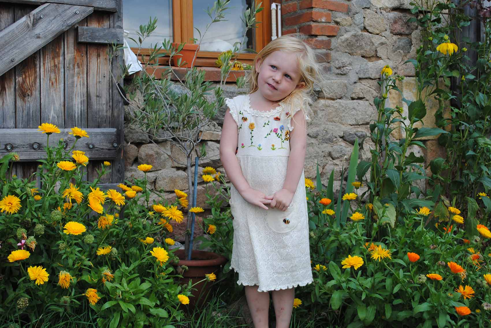 Kinderparadijs, meisje met bloemen, Brénazet, Allier, Auvergne