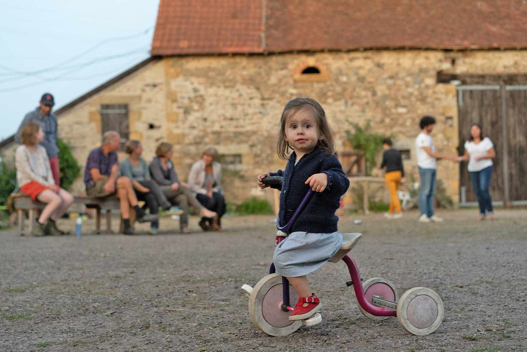 Kinderparadijs, meisje op driewieler, Brénazet, Allier, Auvergne