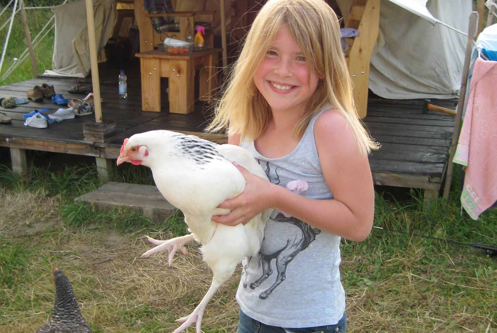 Kinderparadijs, meisje met kip